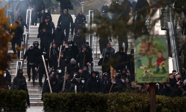 Επεισόδια Νέα Σμύρνη: Πεδίο μάχης γύρω από την πλατεία – Κουκουλοφόροι επιτέθηκαν σε δημοσιογράφους