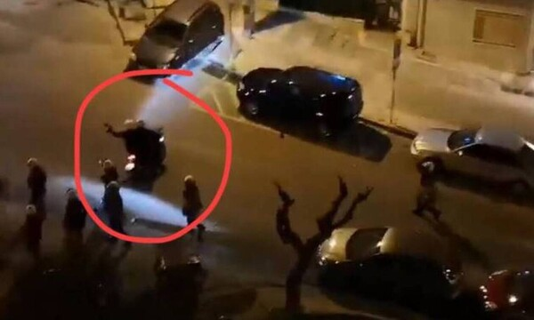 Νέα Σμύρνη: Η φωτογραφία που κάνει το γύρο του διαδικτύου - Αστυνομικός σημαδεύει με όπλο