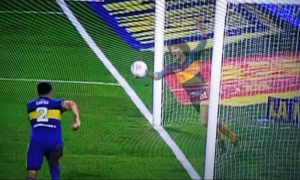 Ανατριχιαστικό! Το... πνεύμα του Μαραντόνα έδιωξε τη μπάλα στη γραμμή κι έσωσε την Μπόκα (video)