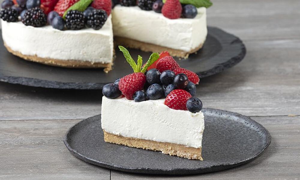 Άκης Πετρετζίκης: Cheesecake με φρούτα του δάσους