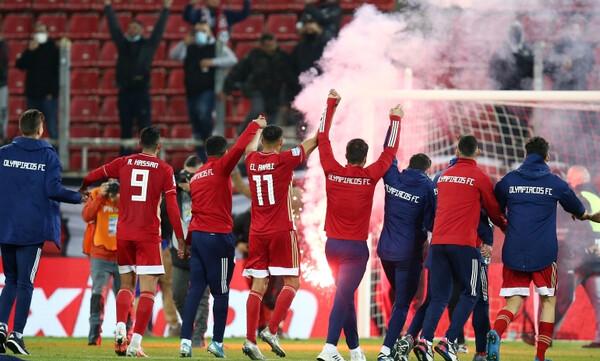Ολυμπιακός: Έτσι πανηγύρισε το πρωτάθλημα - Με καπνογόνα στα χέρια οι παίκτες (photos+video)