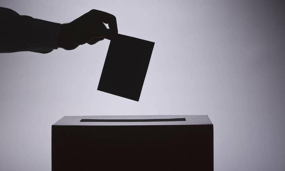 Ψήφος αποδήμων: «Όχι» από την αντιπολίτευση στην αλλαγή του εκλογικού νόμου
