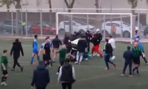 Αλύπητο ξύλο σε γήπεδο - Γυναίκες οπαδοί χτύπαγαν παίκτη (video+photos)