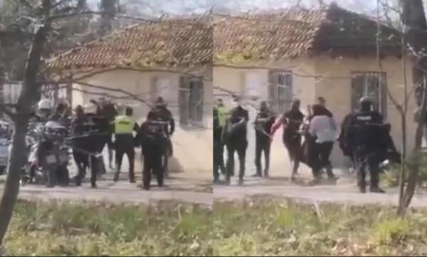 Βίντεο–ντοκουμέντο: Αστυνομικοί χτυπούν πατέρα και γιο σε ποδοσφαιρικό αγώνα στην Κατερίνη