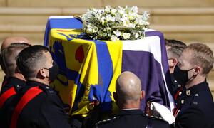 Κηδεία πρίγκιπα Φιλίππου: Το ελληνικό στοιχείο στη σημαία που τύλιξε το φέρετρό του (pics)