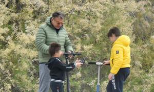 Λιάγκας: Βγήκε βόλτα με τους γιους! Η λεπτομέρεια στο μπουφάν που έκλεψε τις εντυπώσεις