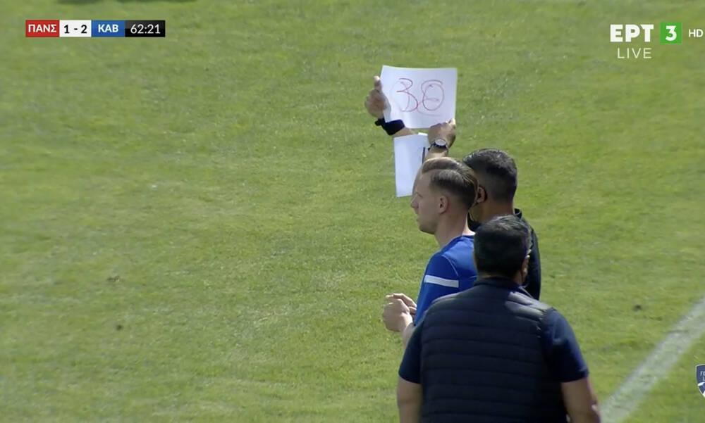 Επική στιγμή σε αγώνα της Football League: Αλλαγή σε κόλλα Α4 (photos+video)