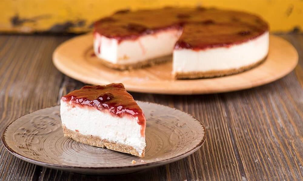 Άκης Πετρετζίκης: Cheesecake φράουλας