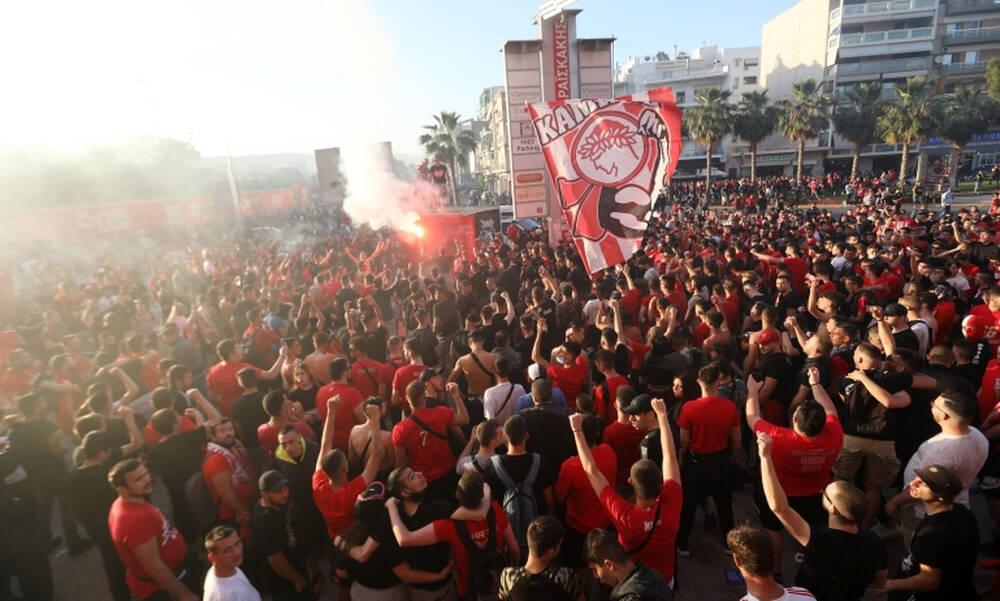 Ολυμπιακός-ΠΑΟΚ: Απίστευτες εικόνες συνωστισμού - Κόσμος με καπνογόνα έξω από το γήπεδο