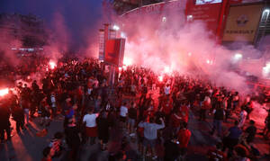 Ολυμπιακός: Φιέστα και έξω από το γήπεδο - Κόσμος γιορτάζει το πρωτάθλημα (video)