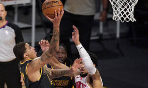 NBA: Δύσκολα οι Λέικερς, στα play offs οι Χοκς