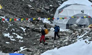 Τραγωδία στο Έβερεστ – Έχασαν τη ζωή τους δύο ορειβάτες (photos)