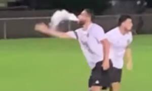 Επικό! Παίκτης το… έσκασε την ώρα του αγώνα σε διακοπή (photos+video)