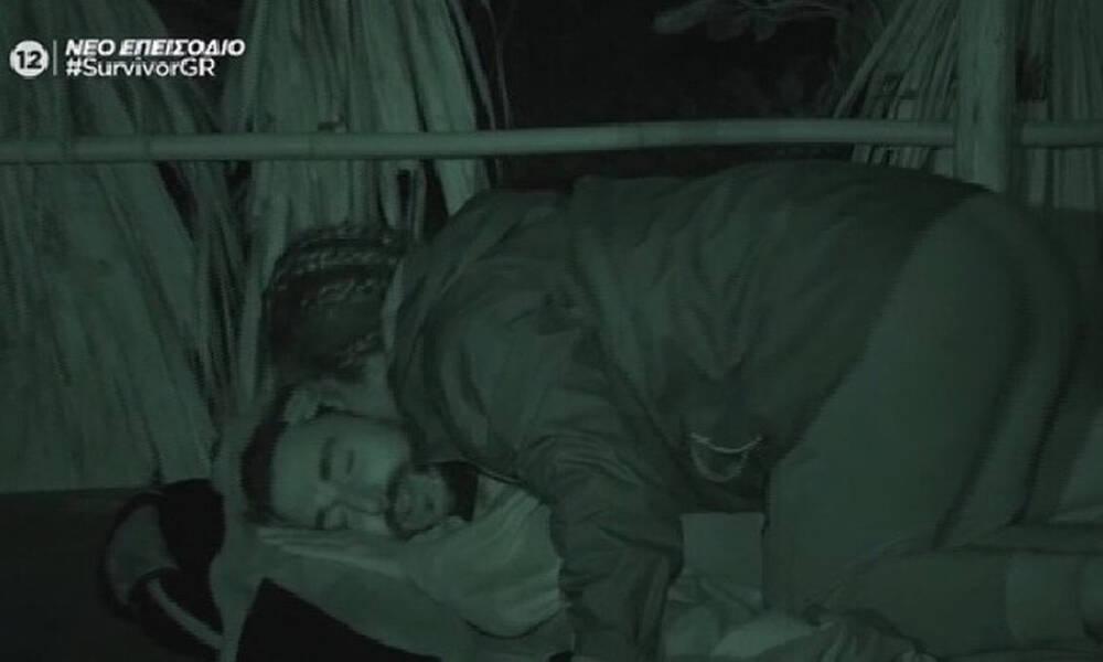 Survivor: Τα φιλιά και τα χάδια της Μαριαλένας στον Σάκη, αργά το βράδυ στην καλύβα!