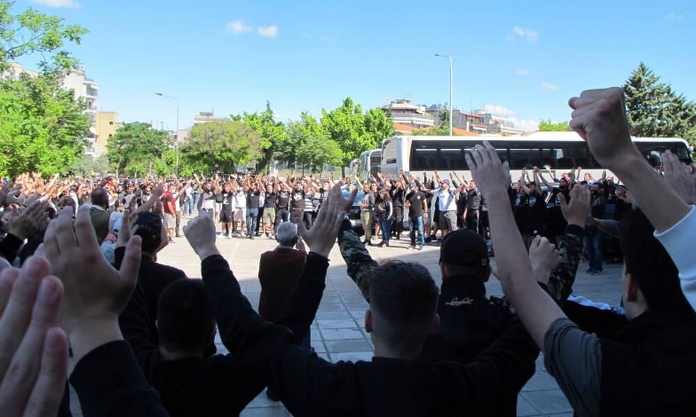 ΠΑΟΚ: Απίθανο σκηνικό στην Τούμπα - Οπαδοί... σήκωσαν το αμάξι του Πασχαλάκη (videos+photos)