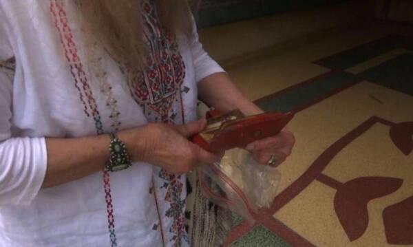 Της επέστρεψαν πορτοφόλι που έχασε πριν 46 χρόνια - Δεν θα πιστεύετε που το βρήκαν (photos)
