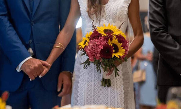 Απίθανο σκηνικό σε γάμο - Έτρεχε να... σωθεί μόλις έπιασε την ανθοδέσμη (photos)