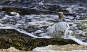 Βρήκε γυάλινο μπουκάλι στη θάλασσα - «Πάγωσε» με αυτό που ήταν μέσα (photos)