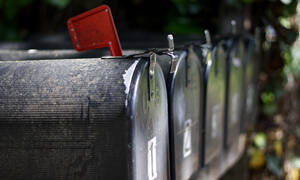 Απίστευτα πράγματα: Μπήκε στο ταχυδρομείο και «πάγωσε» με αυτό που είδε (video+photos)