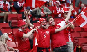 Euro 2020: Συγκλονίζουν οι οπαδοί στο Δανία-Φινλανδία - Φωνάζουν ρυθμικά το όνομα του Έρικσεν (vid)