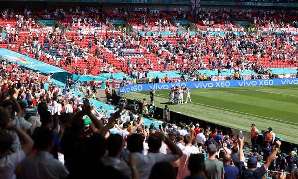 Euro 2020: Oπαδός έπεσε από τις εξέδρες στο Αγγλία-Κροατία και κινδυνεύει η ζωή του! (photos)