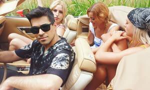 Aπίστευτα ανανεωμένος ο Βασίλης Δήμας στο νέο του videoclip