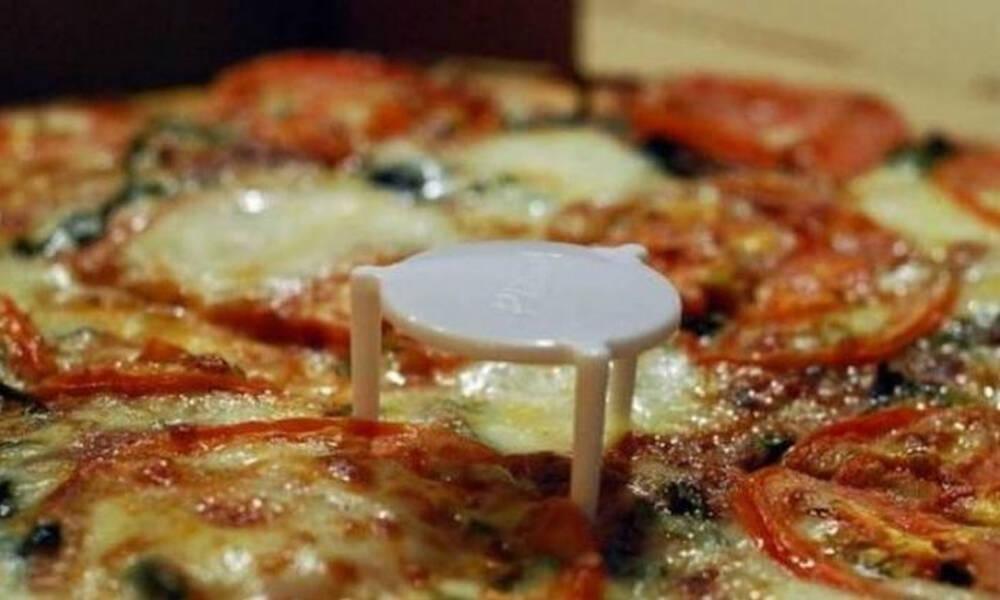 Όλοι το έχουμε δει, λίγοι ξέρουμε τη χρησιμότητα - Γιατί η πίτσα έχει στρογγυλό πλαστικό στη μέση