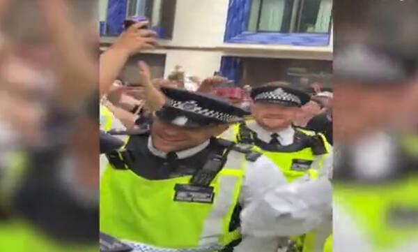 Euro 2020: Μεθυσμένοι Σκωτσέζοι οπαδοί έλουσαν με μπύρες Άγγλους αστυνομικούς (photos+video)
