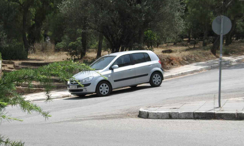 Πάρκαρε χωρίς να βάλει χειρόφρενο - Δε θα πιστεύετε που βρήκε το αμάξι