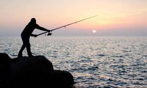 Πήγε για ψάρεμα με πετονιά - Το «θηρίο» που έπιασε τον άφησε άναυδο (photos)