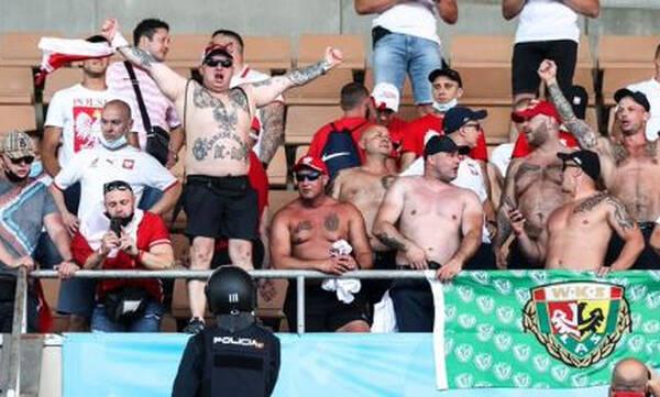 Euro 2020: Σύγκρουση χούλιγκαν απέτρεψε η αστυνομία – Βρέθηκαν μαχαίρια! (photos)