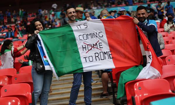 Euro 2020: Επικά πανό Ιταλών στο Λονδίνο - It's coming Rome! (photos+video)