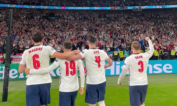 Euro 2020: Απίθανο βίντεο – Οι παίκτες της Αγγλίας τραγουδούν με τον κόσμο (video+photos)
