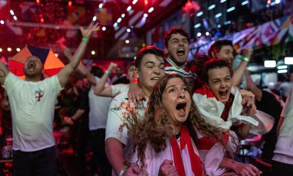 Euro 2020: Επική αντίδραση - Πήρε τη φανέλα του Μάουντ και… πέταξε στα ουράνια (video+photos)