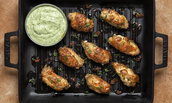 Άκης Πετρετζίκης: Φτερούγες κοτόπουλου με σάλτσα κόλιανδρου