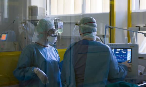 Υποχρεωτικός εμβολιασμός: Σε άδεια άνευ αποδοχών οι υγειονομικοί που θα αρνηθούν να εμβολιαστούν