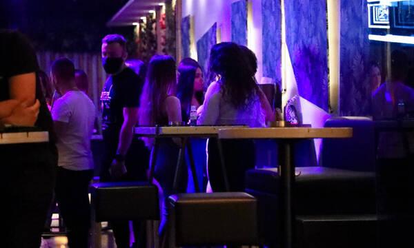 Εστίαση: Μόνο εμβολιασμένοι και νοσήσαντες σε ανοιχτούς χώρους μπαρ και κέντρων διασκέδασης