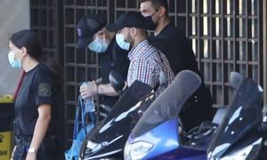 Έκτακτο: Πέτρος Φιλιππίδης: Με χειροπέδες και σκυμμένο κεφάλι οδηγείται στις φυλακές Τρίπολης
