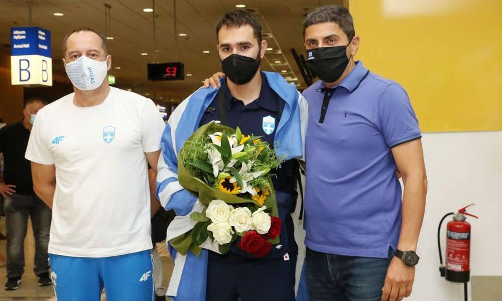 Υποδοχή στην Ελλάδα για τον Θοδωρή Ιακωβίδη - Στο αεροδρόμιο ο Αυγενάκης (videos+photos)