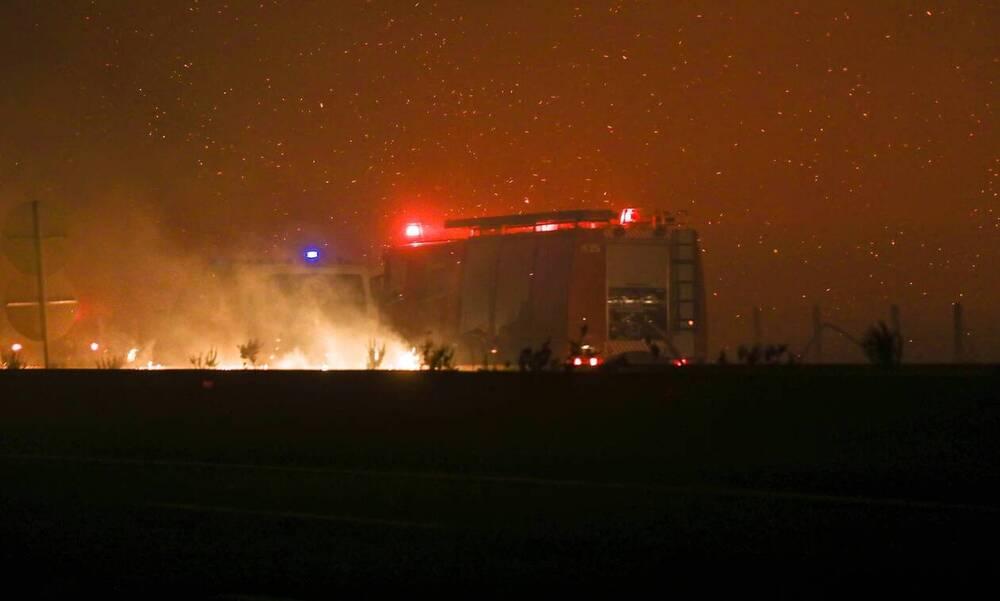Φωτιά στην Αττική: Έκρηξη σε κοντέινερ «τίναξε» πυροσβέστες - Είναι καλά στην υγεία τους