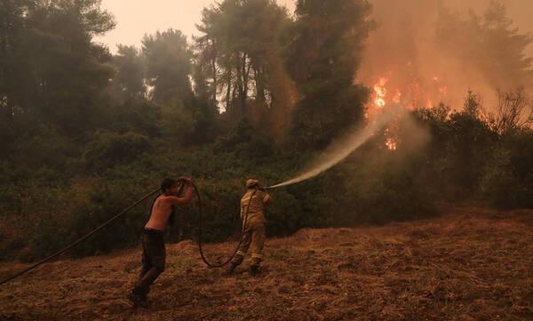 Φωτιά Εύβοια: Οι καπνοί «τυφλώνουν» τα εναέρια μέσα - Στάχτη 1.000 σπίτια μόνο στον δήμο Μαντουδίου