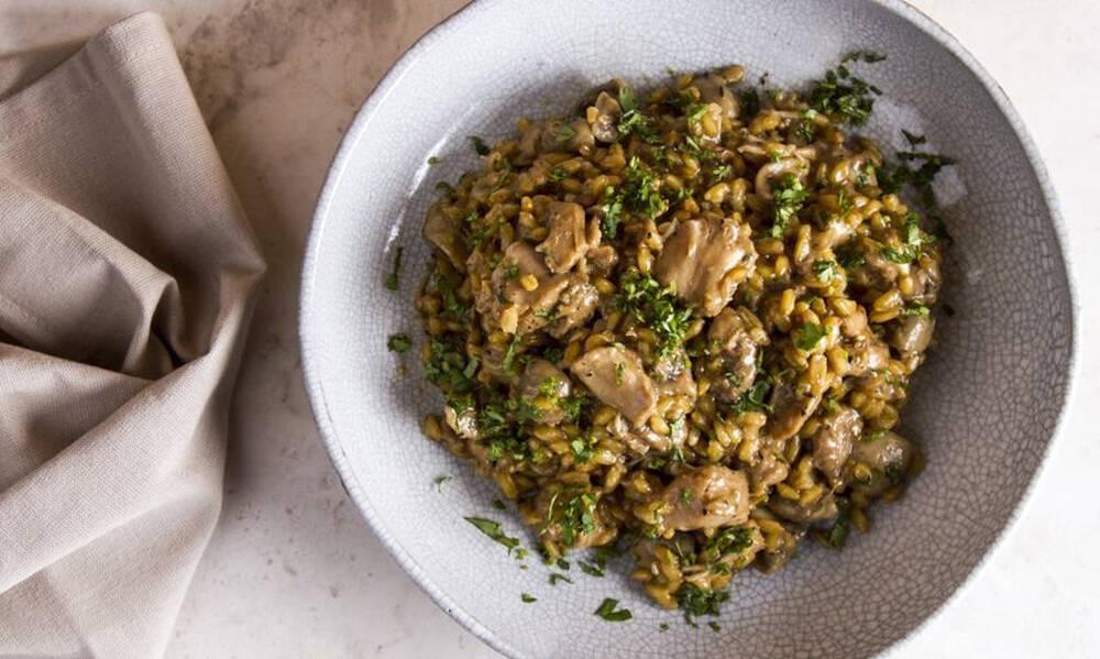 Άκης Πετρετζίκης: Σταρότο με κοτόπουλο και μανιτάρια
