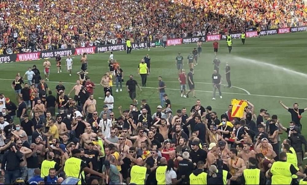 Ligue 1: Χαμός στο Λανς-Λιλ - Οπαδοί έκαναν ντου στον αγωνιστικό χώρο (photos+videos)