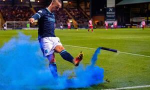 Απίθανο σκηνικό: Παίκτης επέστρεψε με… τρομερό σουτ καπνογόνο στην εξέδρα (video)