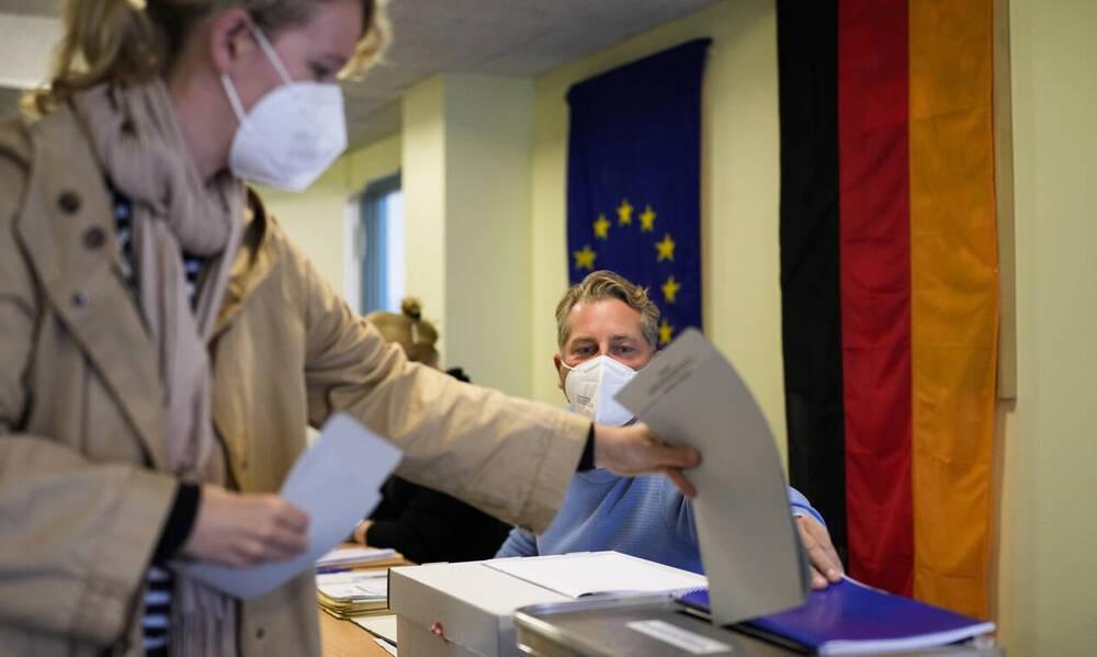 Γερμανικές εκλογές: Μάχη σώμα με σώμα ανάμεσα στα δύο μεγάλα κόμματα - To «αντίο» της Μέρκελ