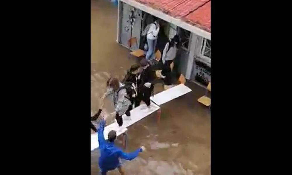 Κακοκαιρία Μπάλλος: Μαθητές στη Νέα Φιλαδέλφεια έφτιαξαν γέφυρα με θρανία για να βγουν! (video)