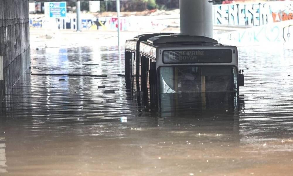 Κακοκαιρία «Μπάλλος»: Απίστευτη εικόνα - Λεωφορείο βυθίστηκε στη Λεωφόρο Ποσειδώνος (photos)