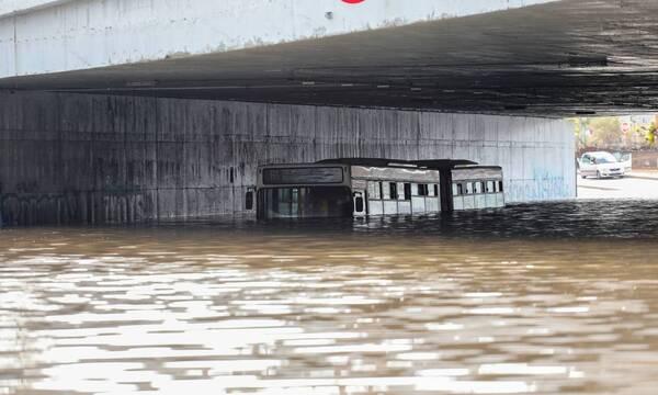 Κακοκαιρία «Μπάλλος»: Εισαγγελική έρευνα για το λεωφορείο που «βυθίστηκε» στη Συγγρού (photos)