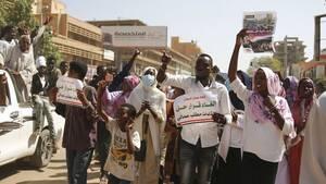 Σουδάν: Στους δρόμους χιλιάδες διαδηλωτές ζητούν από τον στρατό να αναλάβει εξουσία