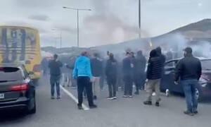 Βόλος-ΑΕΚ: Μπλόκο και αποθέωση από οπαδούς στο πούλμαν της Ένωσης (video)